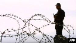 Seorang penjaga perbatasan Iran melakukan pengawasan di perbatasan Iran-Pakistan (foto: ilustrasi).