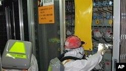 工作人員在福島核電站工作