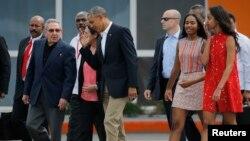 美國總統奧巴馬(中)與家人訪古巴與勞爾卡斯特羅(前左)。