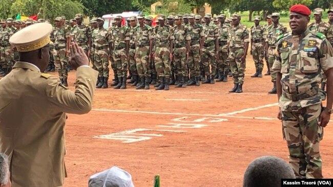 Général Ibrahim Dahirou Dembélé, ministre de la Défense et Général Keba Sangaré chef d'état major armée de terre, au Mali, le 8 septembre 2019. (VOA/Kassim Traoré)
