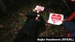 Davor Dragičević leži na mjestu gdje je pronađen njegov sin