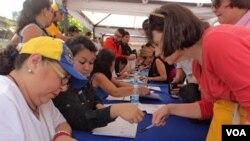 De acuerdo al gobierno, hay indicios de fraude en la recolección de firmas para el referendo revocatorio. [Foto: Álvaro Algarra, VOA].