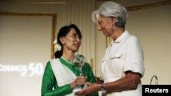 """Aung San Suu Kyi, pemimpin Liga Nasional untuk Demokrasi Burma, menerima penghargaan """"Global Citizen Award"""" dari Direktur IMF Christine Lagarde (kanan) di New York (21/9)."""