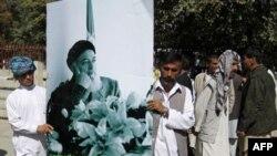 Người dân Afghanistan tụ tập để phản đối vụ sát hại cựu Tổng thống kiêm nhà điều giải hòa bình Burhanuddin Rabbani tại tư thất của ông ở thủ đô Kabul, ngày 21/9/2011