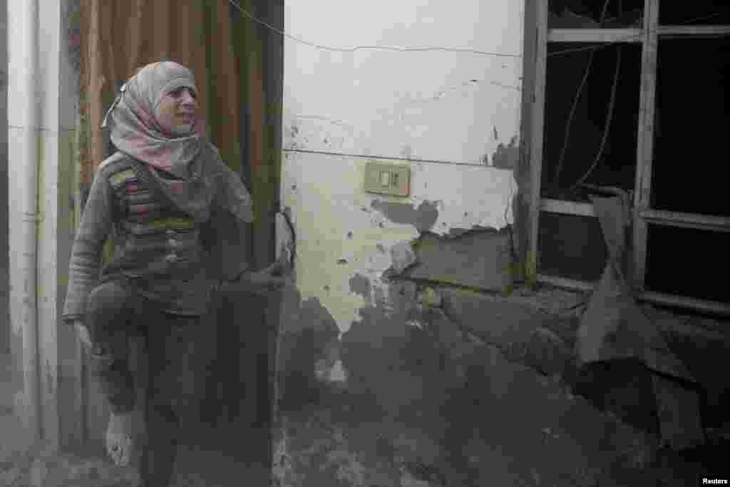 ក្មេងស្រីរងរបួសមួយរូបយំសោកនៅកន្លែងដែលរងការវាយប្រហារតាមអាកាសនៅតំបន់ Douma កាន់កាប់ដោយក្រុមឧទ្ទាម ក្នុងក្រុងដាម៉ាស ប្រទេសស៊ីរី។