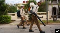 Para petugas pemerintah melakukan penyemprotan nyamuk dari rumah ke rumah di Havana, Kuba Senin (22/2).