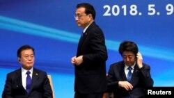 Thủ tướng Nhật Bản Shinzo Abe, Tổng thống Hàn Quốc Moon Jae-in và Thủ tướng Trung Quốc Li Keqiang tại Hội nghị thượng đỉnh kinh doanh Nhật-Trung-Hàn lần thứ 6 ở Tokyo hôm 9 tháng 5 năm 2018.