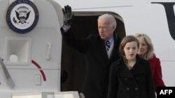 Джо Байден c женой и внучкой прибыли в Москву