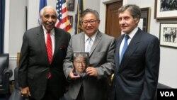 케네스 배 씨가 11일 찰스 랭글 하원의원 사무실을 방문해 북한 억류 당시 석방 노력을 기울여 준데 감사의 뜻을 전했다. 왼쪽부터 찰스 랭글 의원, 케네스 배 씨, 조지프 디트라니 전 미국 국가안보국(DNI) 산하 비확산센터 소장