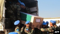 Thi hài của 2 binh sĩ bị thiệt mạng trong vụ tấn công ở Akobo (Ảnh do Phái bộ Liên hiệp quốc ở Nam Sudan công bố) 20/12/13