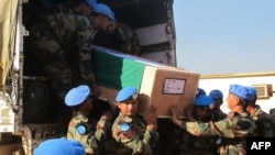 종글레이주 아코보 지역에서 사망한 유엔 평화유지군의 시신이 옮겨지고 있다.