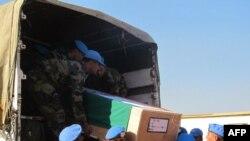 联合国驻南苏丹使团公布的照片显示两名在阿科博镇的袭击中被打死的印度籍维和士兵的遗体