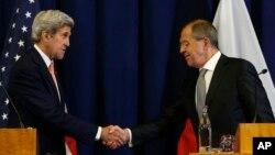 Menlu AS John Kerry (kiri) dan Menlu Rusia Sergei Lavrov mengumumkan kesepakatan gencatan senjata di Suriah setelah pertemuan di Jenewa, Swiss hari Sabtu (10/9) pagi.