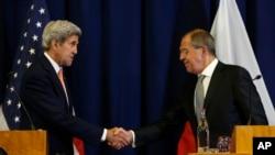 美國國務卿克里與俄羅斯外長拉夫羅夫9月9日在日內瓦會談後發表聯合聲明時握手。