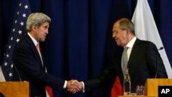 Sekereteri John Kerry na Minisitiri w'imigenderanire w'Uburusiya Sergei Lavrov bahejeje gushikiriza ikiganiro abanyamakuru.