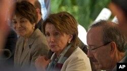 Pemimpin minoritas DPR AS Nancy Pelosi dan delegasi Partai Demokrat AS menghadiri konferensi pers di Havana, Kuba (19/2).