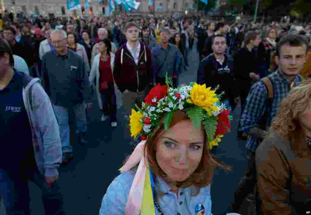 A woman wears a traditional Ukrainian flower headband during an anti-war rally in downtown Moscow, Russia, Sept. 21, 2014.