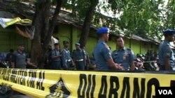 Petugas Polisi Militer TNI AL mengamankan lokasi sekitar Gudang amunisi militer milik Satuan Komando Pasukan Katak TNI AL di Pondok Dayung Pelabuhan Tanjung Priok Jakarta, yang meledak pada Rabu 5 Maret 2014 (VOA/Ahadian)