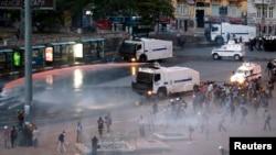 土耳其防暴警察镇压塔克西姆广场的抗议活动