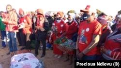 Ibhokisi lomufi uMnu Mazwi Ndlovu, obelilunga leMDC Alliance, otshaywe lafa ngabasekeli beZanu PF.