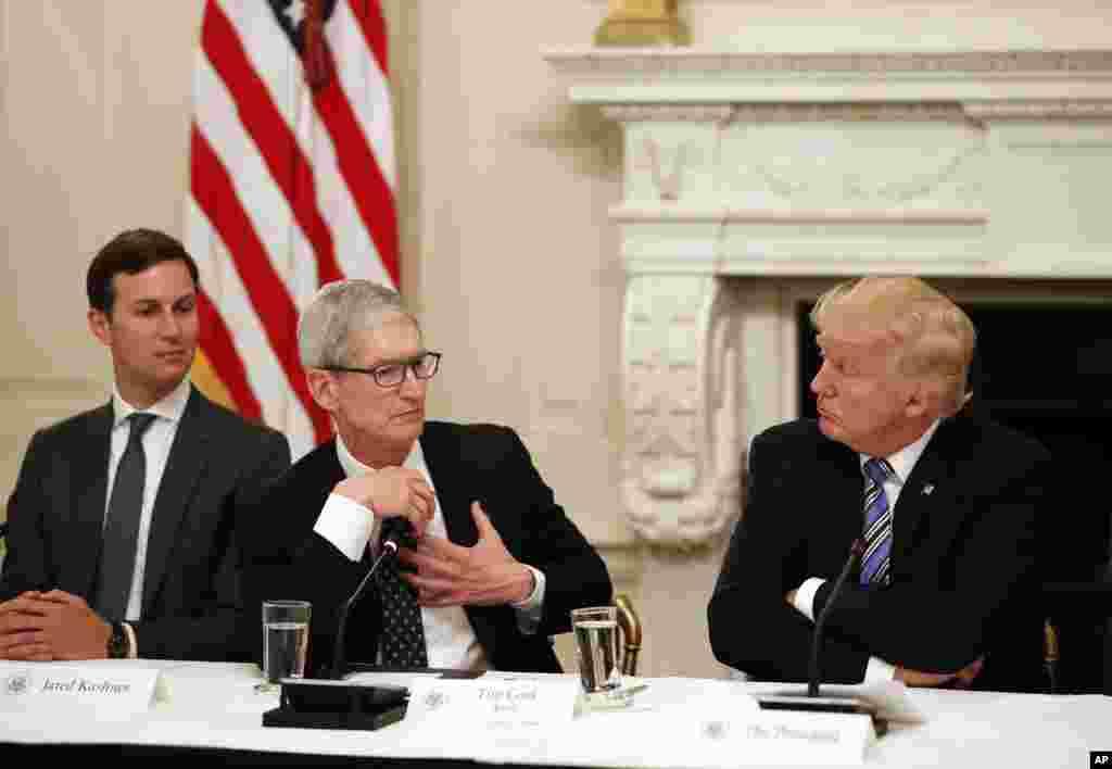 """川普总统,白宫高级顾问库什纳和苹果公司CEO库克(中)在白宫召开的第一届""""美国科技会议""""上,(2017年6月19日),几十位科技业的巨子齐聚白宫,共同商讨美国科技产业未来。这次会议是3月27日成立,由白宫高级顾问,川普总统女婿库什纳主持的""""美国创新办公室""""(Office of America Innovation)召开的,美国18个科技业的执行官以及二十几位经贸顾问出席。"""