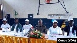 Le président de la Commission nationale anticorruption, Dieudonne Massi Gams au centre, au lycée Joss de douala, lors du lancement de la caravane anticorruption dans le secteur éducatif à Yaoundé, au Cameroun, le 21 septembre 2017. (VOA/Conac)