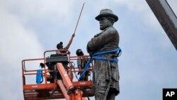 Trabajadores trabajan en la remoción del monumento a Robert E. Lee en Nueva Orleans.