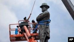 Workers prepare to take down the statue of former Confederate general Robert E. Lee, which stands more than 100 feet tall, in Lee Circle in New Orleans, May 19, 2017.