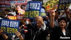 지난 6월 한국 서울에서 북한 인권 개선과 탈북자 북송 중단을 요구하는 시위가 벌어졌다. (자료사진)