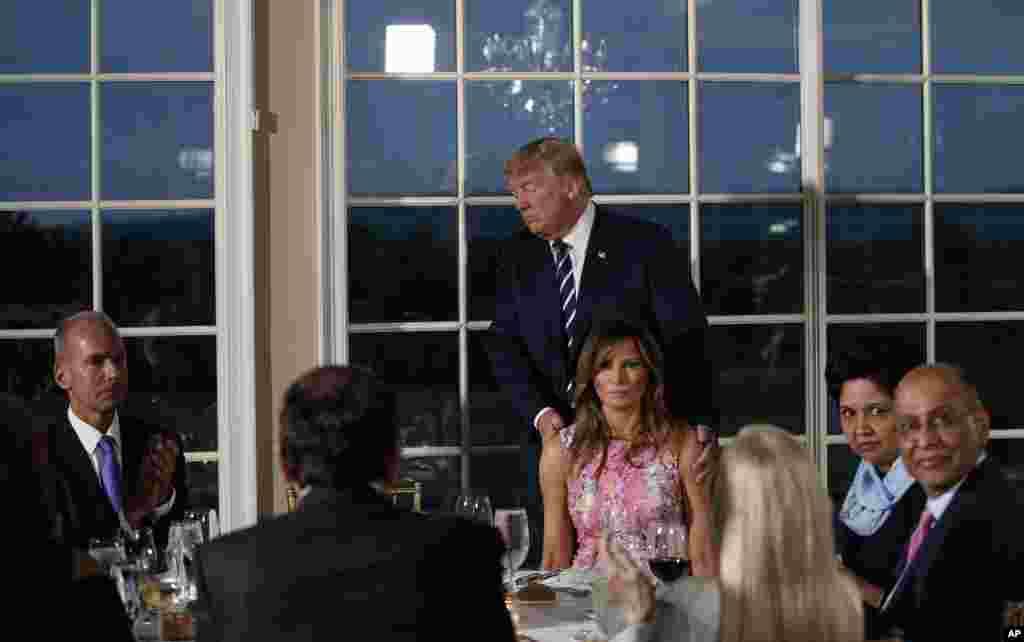 سخنرانی پرزیدنت ترامپ در شام کاری با حضور ملانیا ترامپ و در جمع مدیران بازرگانی آمریکا، از جمله مدیرعاملان بوئینگ و پپسی کولا که دیشب در کلوپ ملی گلف ترامپ در نیوجرسی برگزار شد.