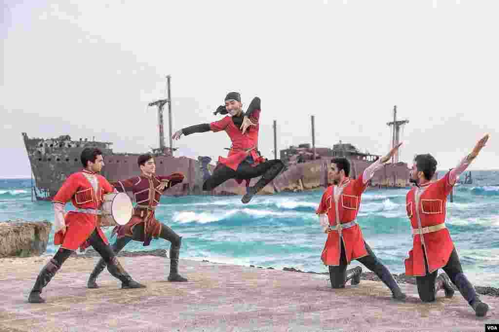 رقص آذری در کیش عکس: رضا عبدل پور (ارسالی شما)