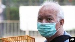 香港男子11月18日在市場賣雀