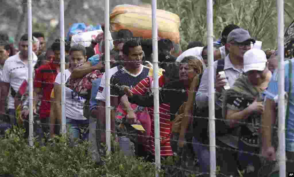 عدهای از ونزوئلاییها سعی میکنند با وجود بسته بودن مرزها به کلمبیا فرار کنند. دولت مادرو هم از ورود کمکها و هم از خروج شهروندان ونزوئلا جلوگیری میکند.