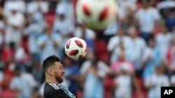 Lionel Messi melakukan pemanasan dengan timnas Argentina menjelang laga putaran 16 besar antara Perancis dan Argentina di Piala Dunia 2018, di Stadion Kazan Arena, Kazan, Rusia, 30 Juni 2018.