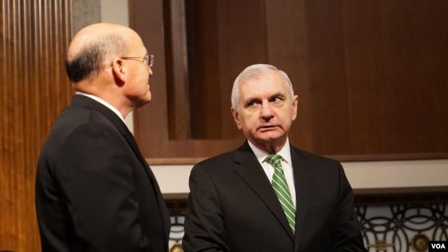 美國國會參議院軍委會少數黨領導人里德(Senator Reed)與海軍作戰部長吉爾代(Admiral Gilday)交談(美國之音黎堡2020年3月5日攝)