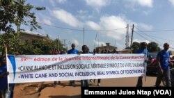 La marche de sensibilisation sur la canne blanche organisée par le Cercle des jeunes aveugles réhabilités du Cameroun à Yaoundé, le 9 novembre 2019. (VOA/Emmanuel Jules Ntap)