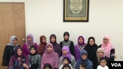 Ibu-ibu dan anak-anak anggota kelompok pengajian Everett Muslim Community Center