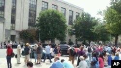 震后撤到美国之音总部大楼外的工作人员