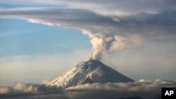 El volcán Cotopaxi, continúa con su actividad interna y superficial moderada.