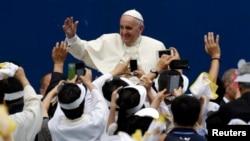 15일 프란치스코 교황이 성모승천 대축일 미사를 집전하기 위해 대전 월드컵경기장에 도착한 가운데 카톨릭 신자들의 환영을 받고 있다.