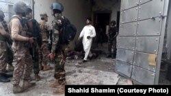 Polisi Pakistan pasca penyerbuan terhadap tempat persembunyian militan di Peshawar, Selasa (16/4).