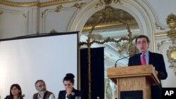 Soldan sağa: Hollings Center İstanbul Temsilcisi Sanem Güner, Türkiye Ekonomik ve Sosyal Etüdler Vakfı'ndan (TESEV) Etyen Mahçupyan ve Dilek Kurban, Washington Üniversitesi'nden Prof. Reşat Kasaba (ayakta)