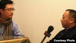 中國新公民運動人士笑蜀接受美國之音記者的採訪。(照片來源:何宗勳提供)