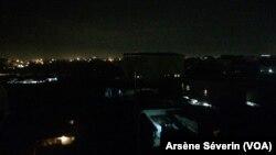 Ouenze, un quartier de Brazzaville, dans le noir à la suite d'une coupure d'électricité, à Brazzaville, le 10 novembre 2018. (VOA/Arsène Séverin)