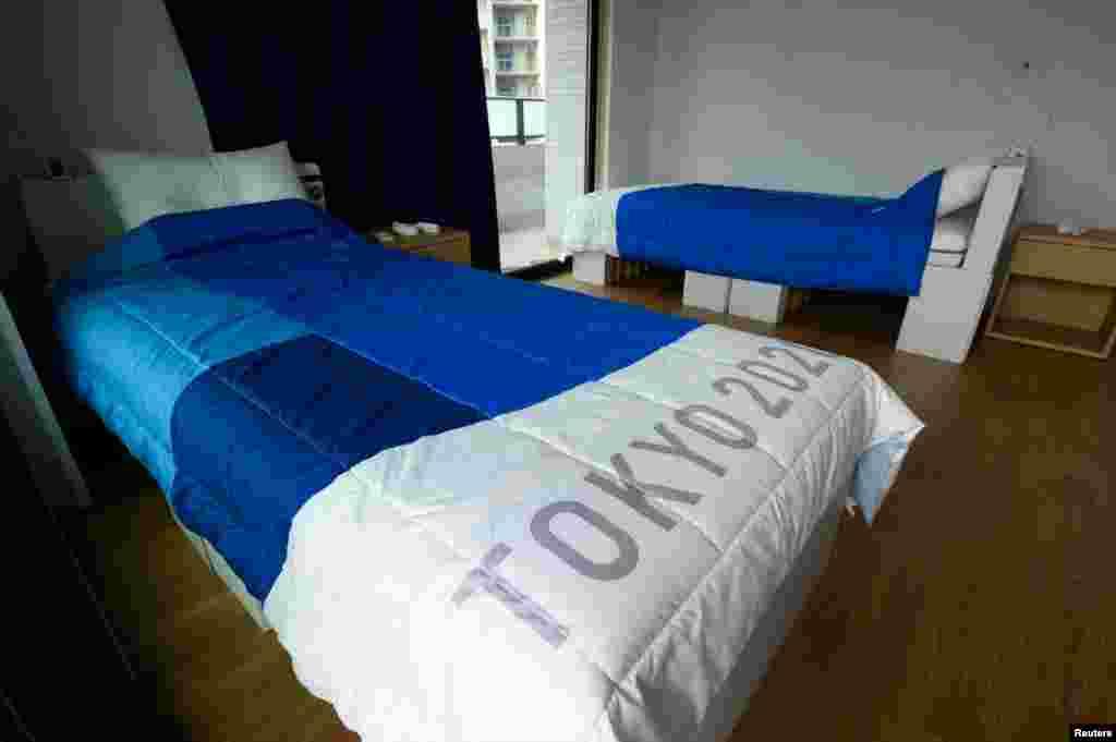 رہائشی کمروں میں گتے سے تیار کیے گئے ایسے بستر رکھے گئے ہیں جنہیں استعمال کے بعد ری سائیکل کیا جاسکے گا۔
