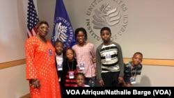 Mariam Conté, enseignante à Washington, et les enfants de sa troupe de lutte contre les MGF (VOA Afrique/ Nathalie Barge)