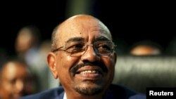 Presiden Sudan Omar al-Bashir dalam KTT Uni Afrika ke-25 di Johannesburg, Afrika Selatan (14/6).