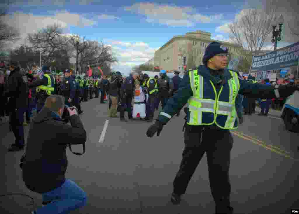 Задержание сторонников закона о праве женщины на аборт (за незаконное перекрытие улицы)
