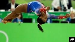 Simone Biles ariko ahiganwa muri Jiminastike mu nkino mpuzamakungu za Olempike za Rio, muri Brezil, ku musi wa kabiri, italiki 16, ukwezi kw'umunani, umwaka w'i 2016