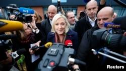 Bà Marine Le Pen, lãnh đạo đảng Mặt trận Quốc gia, nói chuyện với với các phóng viên khi bà rời khỏi một phòng phiếu ở khu vực Nord-Pas-de-Calais-Picardie, ngày 13/12/2015.